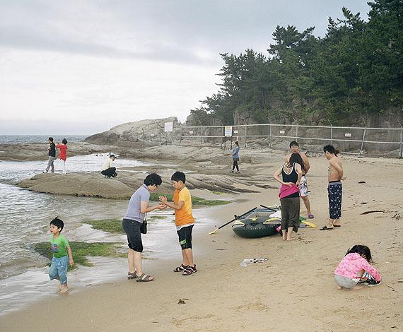 Jörg BrüggemannMuscheln sammeln, Songjiho Beach, Südkorea, 2012© Jörg Brüggemann / OSTKREUZ