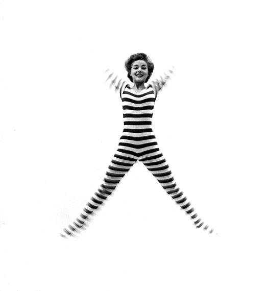 Tony Vaccaro: Jumping stripes - Modeaufnahme für FLAIR, USA, 1950er Jahre
