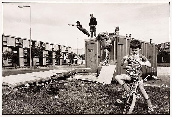 © Stuart Franklin/Magnum Photos, Kinder in einer Wohnsiedlung, Moss Side, Manchester 1986