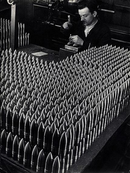 Margaret Bourke-WhiteTschechischer Arbeiter in einer Skoda-Munitionsfabrikbeim Punzieren von 15-cm-GranathülsenTschechoslowakei, Pilsen, Juni 1938SilbergelatineabzugHoward Greenberg Gallery, New York© Time & Life / Getty Images