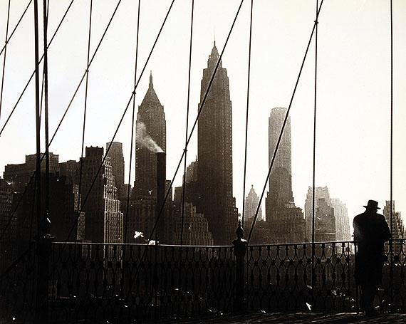 Paul Himmel Aussicht von der Brooklyn Bridge, New York, 1946-1950. Silbergelatine 25,7 x 32,1 cm © Paul Himmel