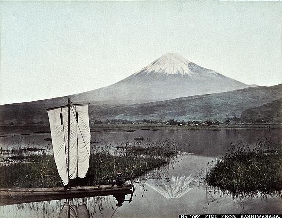 Blick von Kashiwabara aus auf den schneebedeckten Gipfel des Fuji, Tamamaura Kozabuo (zug.), 1890er JahreBildnachweis: Reiss-Engelhorn-Museen/Forum Internationale Photographie