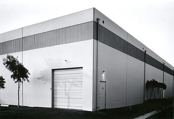 Lewis BaltzSoutheast Corner, Semicoa, 333 McCormick, Costa Mesa, 1974aus der Serie The New Industrial Parks Near Irvine, CaliforniaAlbertina, Wien