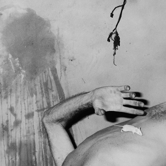 Roger BallenRat on back, 2003aus der Serie Shadow Chamber© Roger Ballen