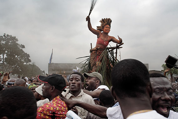 Guy TillimA traditional dancer and crowd salute Jean-Pierre Bemba as he walks to a rally from theairport, Kinshasa, July 2006.Series: Congo DemocraticJuly 2006Kinshasa, DRC