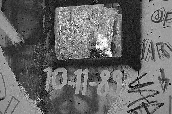 Gerhard Gäbler: Berlin, Selbstportrait an der Mauer, 10.11.1989