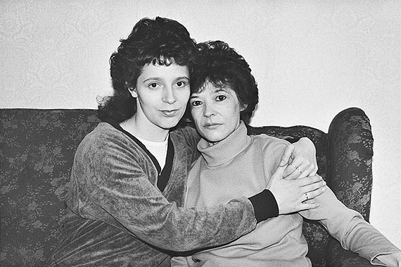 Konstanze Göbel: Halle/Saale, Cornelia B. mit ihrer Mutter Brigitte, 18.09.1989