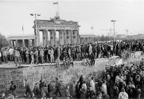 Barbara Klemm: Berlin, Die Mauer ist offen, 10.11.1989