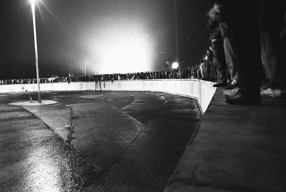 Ludwig Rauch: Berlin, Mauer am Brandenburger Tor, wenige Minuten vor der Maueröffnung, 09.11.1989