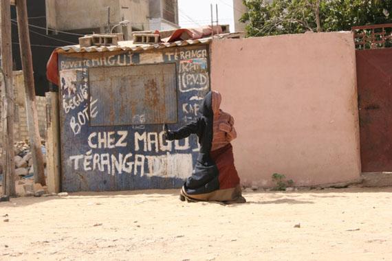Mwangi HutterSingle Entities20133-Kanal-Video, Farbe, ohne Ton,18:44, 24:04 und 19:56 Min., LoopEd. 1/4 + 1 APCourtesy ALEXANDER OCHS GALLERIES BERLIN | BEIJING
