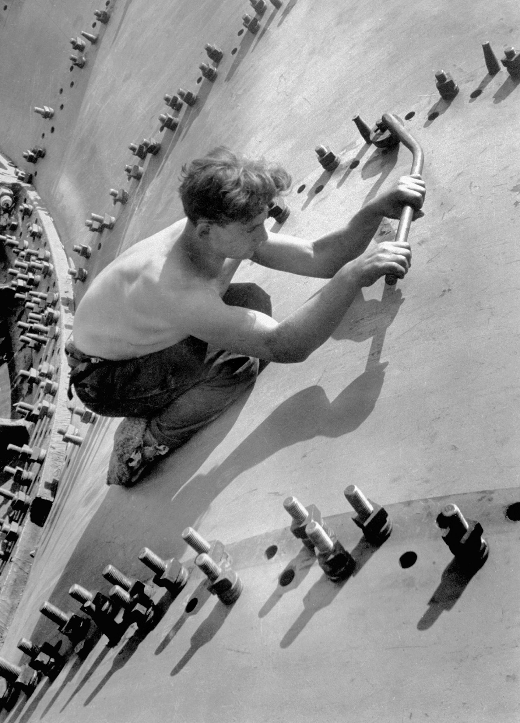 Margaret Bourke-White: Man tightening the large nuts on the turbine shell of the Dneprostroi Hydroelectric Plant nearZaporizhia, Soviet Union (now Ukraine), 1930Margaret Bourke White / Masters by Getty Images © Time & Life / Getty Images