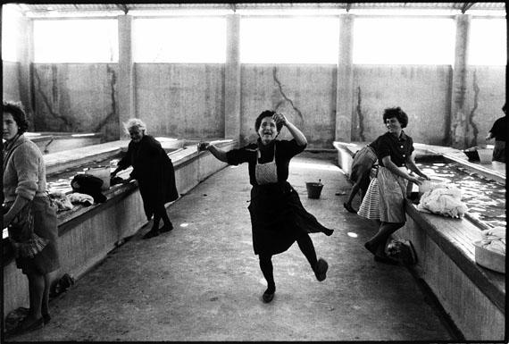 Robert Lebeck: 'Wäscherinnen', Cullera 1964 © Robert Lebeck
