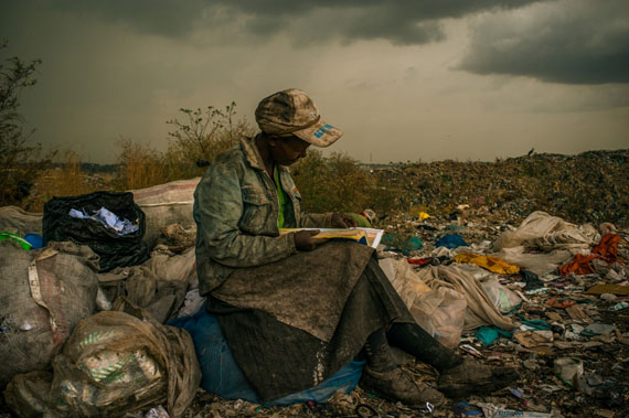 © Micah Albert: USA, Redux Images für Pulitzer Center on Crisis ReportingMüllsammlerin auf einer der größten Müllhalden Afrikas, Nairobi