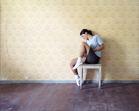 Oskar Schmidt, Ruhendes Mädchen, 2006, C-Print, 136 x 176cm, Courtesy galerieKleindienst, Leipzig