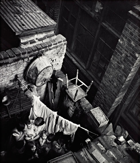 Edith Tudor-HartGee Street, Finsbury, London, um 1936Neuer Silbergelatine-Abzug, 34,1 × 29 cm© Scottish National Portrait Gallery / Archive presented by Wolfgang Suschitzky 2004