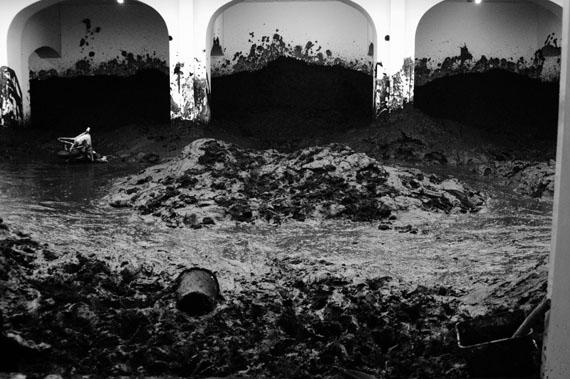 Santiago Sierra, Haus im Schlamm Kestnergesellschaft. Hannover, Deutschland. Februar 2005© VG Bild-Kunst, Bonn 2013
