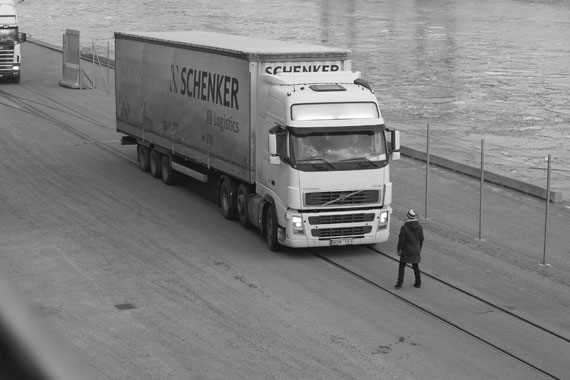 Santiago Sierra: Person obstructing a line of containers. Kaj 3 Frinhamnen, Stockholm, 2009© Santiago Sierra. VG Bild-Kunst, Bonn 2013