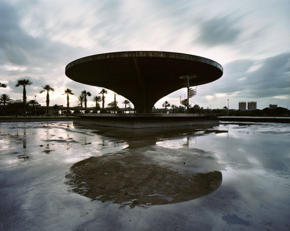 Sean HemmerleHelipadTripoli, Libanon, 2010 Abandoned by Oscar Niemeyer (1907-2012) in 1975 due to the Lebanese Civil War, the Tripoli Fair Grounds was one of the architect's favorite projects.©Sean Hemmerle, CourtesyFeroz Galerie