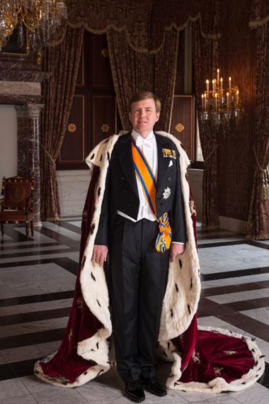 Koos Breukel: Seine Majestät König Willem-Alexander mit dem KönigsumhangApril 2013 © RVD; Koos Breukel