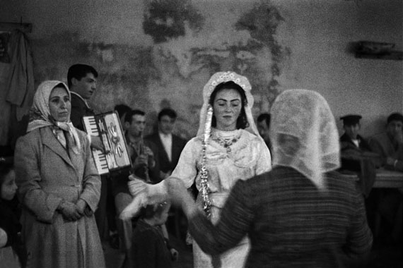 Ara GülerHochzeit einer Einwandererfamilie in Taşlıtarla, 1959Pigmentprint auf Hahnemühle Büttenpapier30 × 45 cm1/15