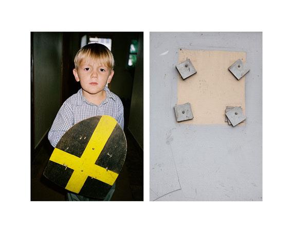 """Aus der Serie """"Second Glance"""", Junge mit Schild / Quadrate"""