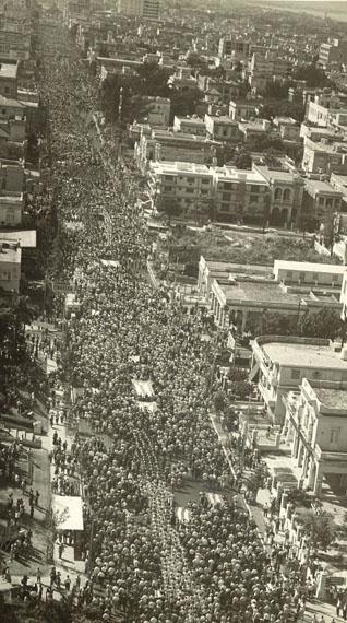 """Venancio DiazVolksparade anlässlich """"La Coubre"""", 1960Gelatine-Silberprint, Vintage, 27 x 15 cmaus der Skrein Photo Collection"""