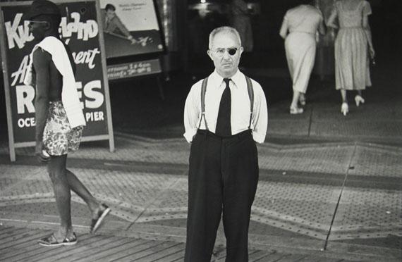 Louis FaurerBoardwalk Atlantic City, N.J., 1937-38/1980Silbergelatineabzug von 1980, 27,9 x 35,6 cm© Louis Faurer Estate