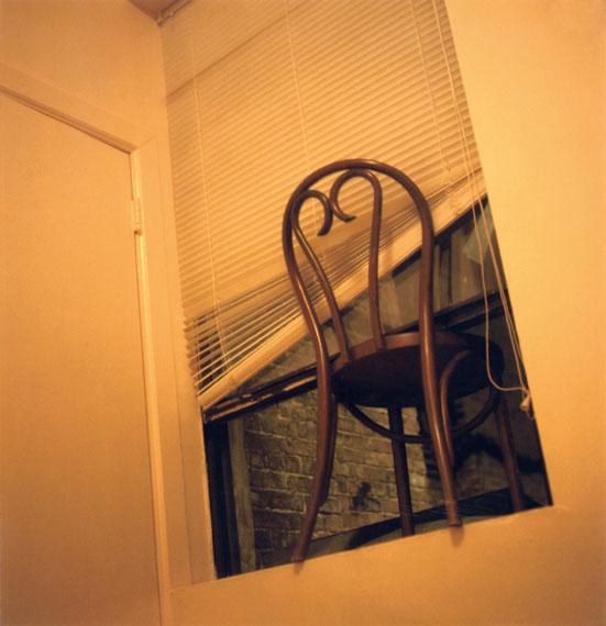 """Stuhl, Fenster, Sommer, Nachts"", 2008, Fotografie, Handabzug © Susa Templin; Courtesy Thomas Rehbein Galerie"