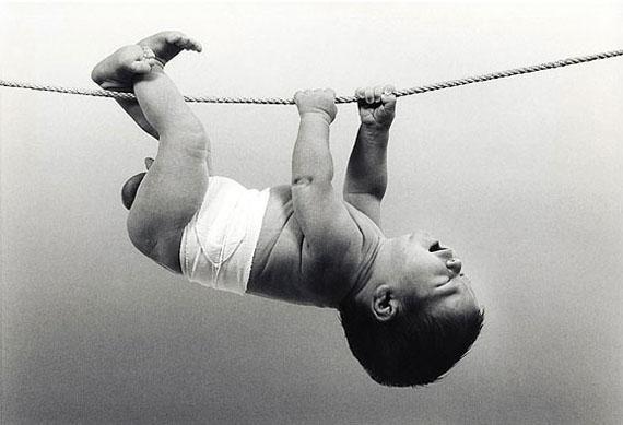 "Guido Mangold""Hängebaby"", 1967, 43 x 59 cm, S/W-Vergrößerung"