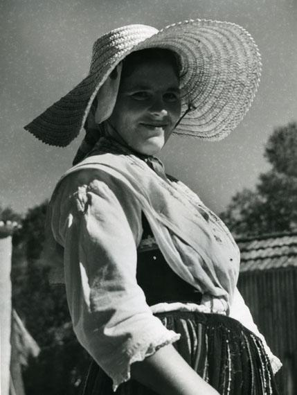 Alfred EhrhardtJunges Mädchen aus Nordwest-Spanien1951Vintage Silbergelatineabzug23,5 x 17,5 cm© bpk / Alfred Ehrhardt Stiftung