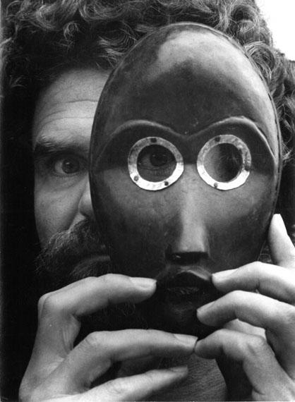 Leonore Mau: Hubert Fichte mit Dan-Maske, Hamburg 1979 © Nachlass Leonore Mau, S. Fischer Stiftung