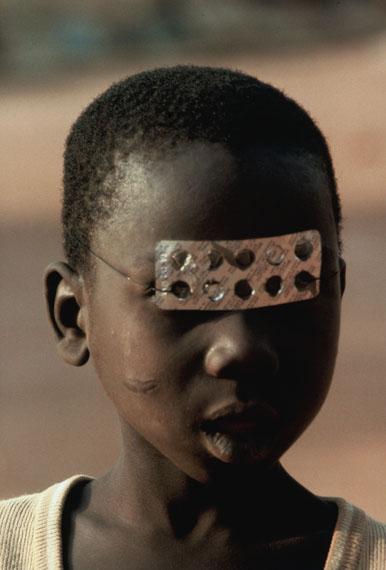 Leonore Mau: Junge mit Blister-Maske, Benin 1983 © Nachlass Leonore Mau, S. Fischer Stiftung