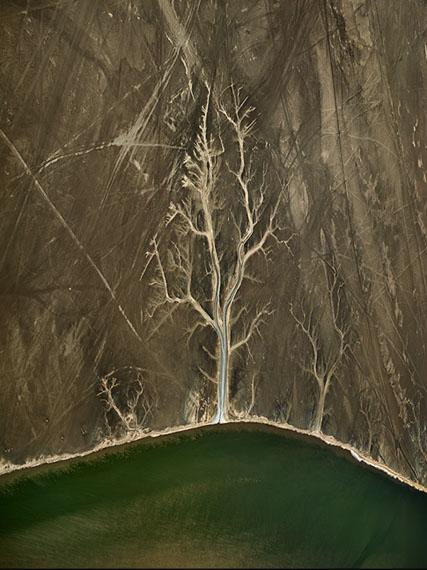 "Edward Burtynsky: ""Colorado River Delta #4, Sonora, Mexico"", 2011,C-Print, 64 x 48 inches / 162,6 x 121,9 cm© Edward Burtynsky, courtesy Galerie Stefan Röpke, Köln / Galerie Springer Berlin"