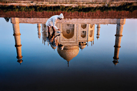 Taj Mahal Reflection, Uttar Pradesh, Agra, India, 1999, C-Print, 47 x 70,5 cm, © Steve McCurry / Magnum Photos