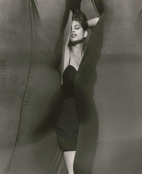 Cindy Crawford – Versace, El Mirage, 1990© Herb Ritts Foundation/Courtesy of Edwynn Houk Gallery, New York