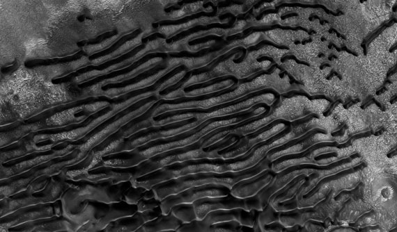 "Dünen in der Region Hellespontus, 44,9 ° Süd, 38,7 ° Ost© NASA/JPL/The University of Arizona/Éditions Xavier BarralÉditions Xavier Barral ""MARS, UNE EXPLORATION PHOTOGRAPHIQUE"", 2013"