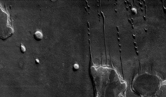"""Barchane in einem Kratergebiet, 41,5 ° Süd, 44,6 ° Ost© NASA/JPL/The University of Arizona/Éditions Xavier BarralÉditions Xavier Barral """"MARS, UNE EXPLORATION PHOTOGRAPHIQUE"""", 2013"""