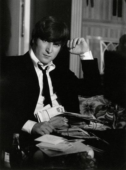 Max Scheler: 'John Lennon mit Fan-Post', London 1964 © Max Scheler