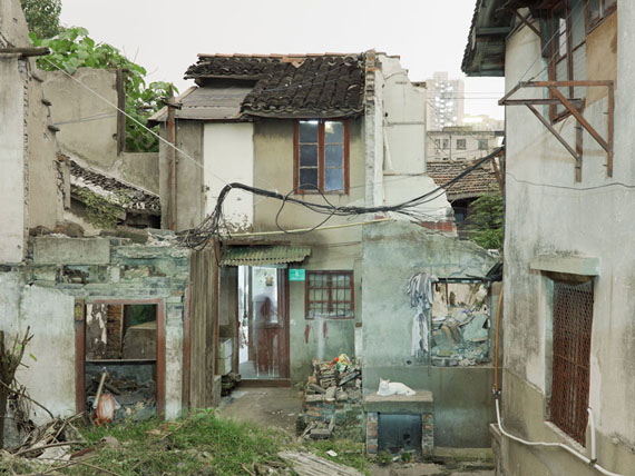 "Peter Bialobrzeski  ""Nail Houses #09"" aus der Serie ""Nail Houses – or the Destruction of Lower Shanghai"""