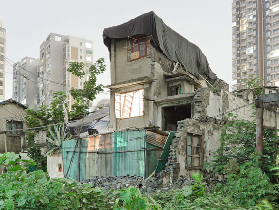 "Peter Bialobrzeski  ""Nail Houses #16"" aus der Serie ""Nail Houses – or the Destruction of Lower Shanghai"""