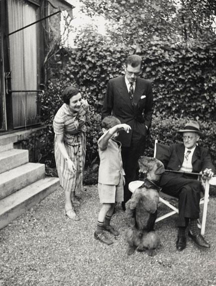 Gisèle Freund              Familie Joyce spielt mit Schiap, Paris, Rue Scheffer, 1938© IMEC, Fonds MCC, Vertrieb bpk / Photo Gisèle Freund