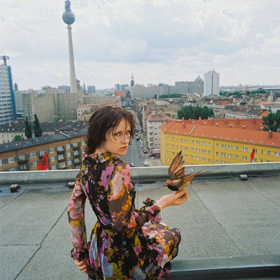 Ute Mahler: Sophie Rois, Schauspielerin an der Volksbühne, auf dem Dach der Volksbühne, Berlin-Mitte aus der Werkgruppe »Porträts«, 1996 © Ute Mahler / OSTKREUZ