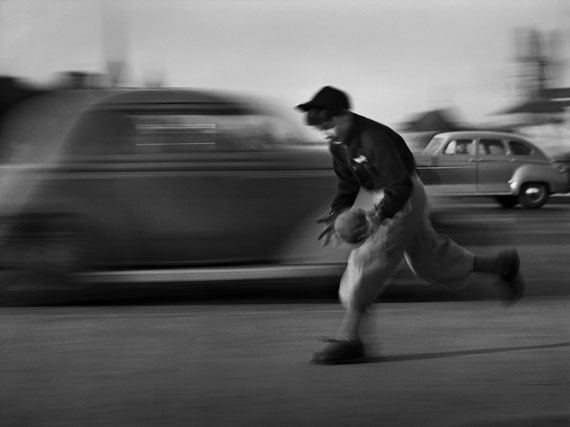 Ballspielender Knabe, 1949© René Groebli, courtesy PINTER & MILCH