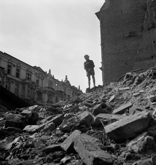 Roman Vishniac: Boy standing on a mountain of rubble, Berlin, 1947 