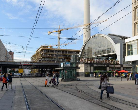 Jochen Wermann: Blick über den Alexanderplatz in Richtung Rathausstraße, 2013© Verlag M / Stadtmuseum Berlin GmbH