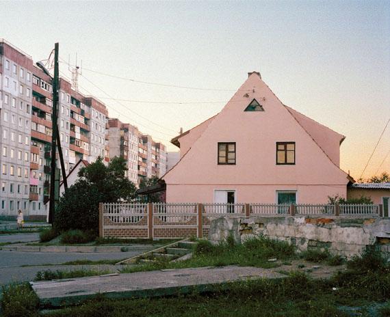 Anastasia Khoroshilova, Baltiysk #1, aus der Serie Baltiysk, 2005, C-Print, auf Alu-Dibond, 100 × 125 cm© Anastasia Khoroshilova, Courtesy Galerie Ernst Hilger, Wien