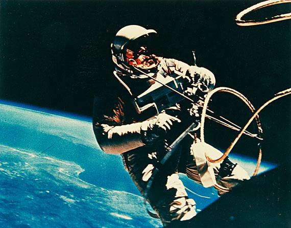 NASA, Edward H. White, Gemini IV, 1965. Vintage chromogenic print on Kodak paper. 27 x 34.5 cm (28 x 35.3 cm). Estimate 2,000 €