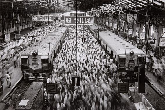 Sebastiao Salgado, Churchgate Station, Bombay, 1995. Gelatin silver print. 33.8 x 50.4 cm (49.8 x 60 cm). Estimate 6,000 – 8,000 €