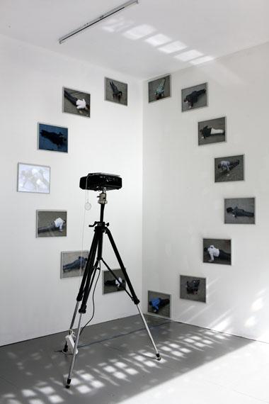 Anouk KruithofPush up, 2013Installation von 14 gerahmten Ultrachromedruckenauf Hahnemühle photorag paper und einem leeren Rahmen 30 x 40 cm mit einer Projektion (loop)Auflage: 4+1© Anouk Kruithof