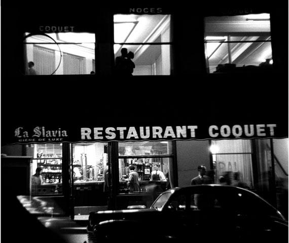 Sabine Weiss: Place Blanche, Paris, 1953